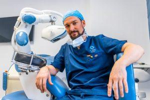 Il dr. Jonatann Gatti ed il robot ARTAS